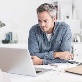 Online-Dating während schwarz
